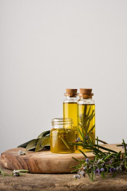 Close-up botellas de plástico con aceite orgánico. Foto gratis