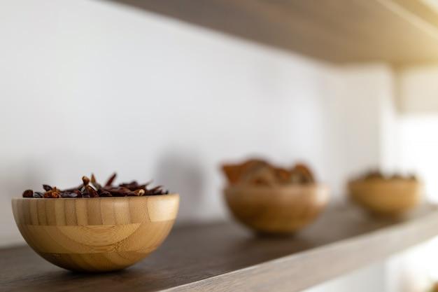 Close-up de chiles secos en copas en un estante Foto Premium
