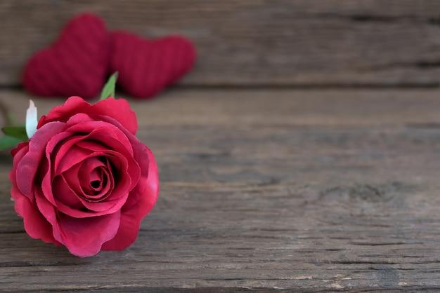 close up de flor rosa roja en la mesa de madera r stica descargar fotos gratis. Black Bedroom Furniture Sets. Home Design Ideas