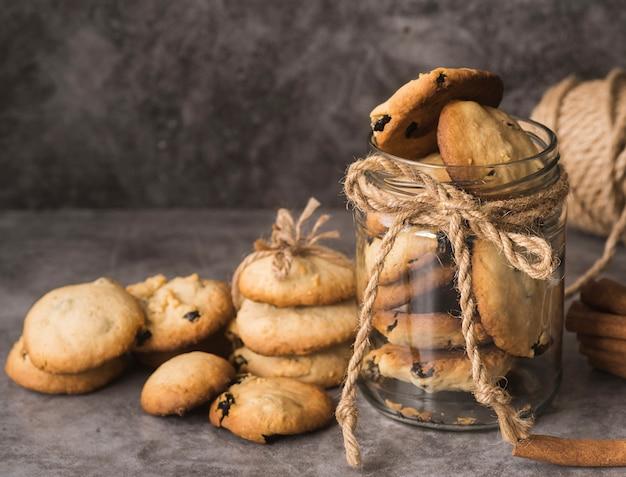Close-up deliciosas galletas con chispas de chocolate Foto gratis