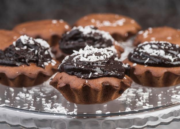 Close-up delicioso conjunto de magdalenas de chocolate Foto gratis