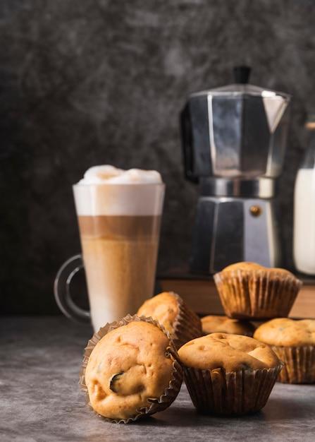 Close-up deliciosos muffins con café Foto gratis
