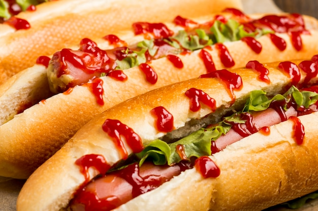 Close-up deliciosos perros calientes con ketchup Foto gratis