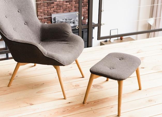 Close-up elegante sillón moderno y taburete Foto gratis