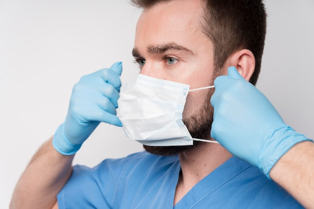 Close-up enfermera con mascarilla quirúrgica Foto gratis