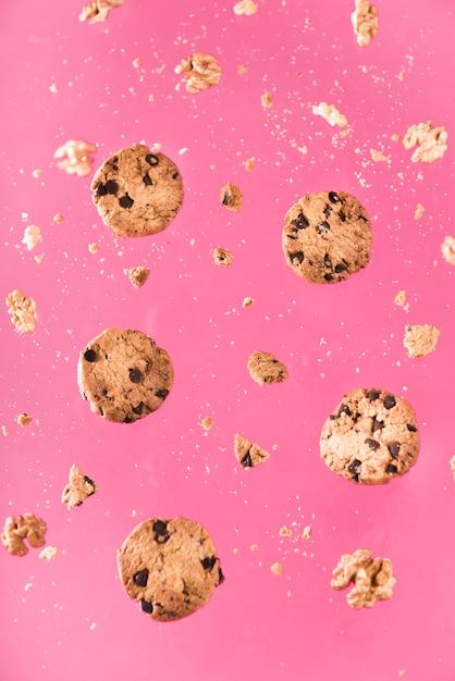 Close-up galletas de chocolate con nueces Foto gratis