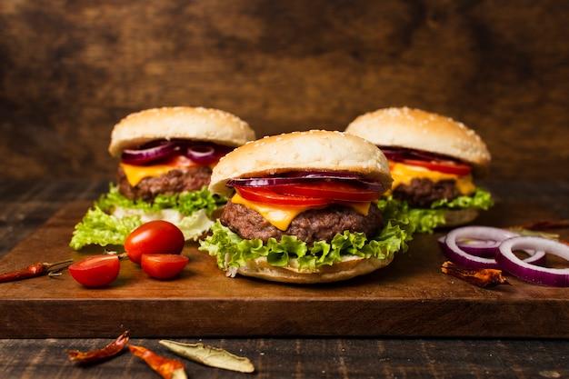 Close-up de hamburguesas en bandeja de madera Foto gratis