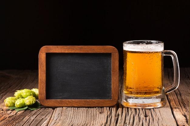 Close-up jarra de cerveza con pizarra Foto gratis