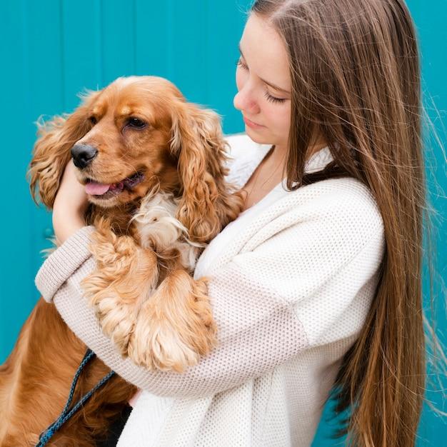 Close-up joven enamorada de su perro Foto gratis