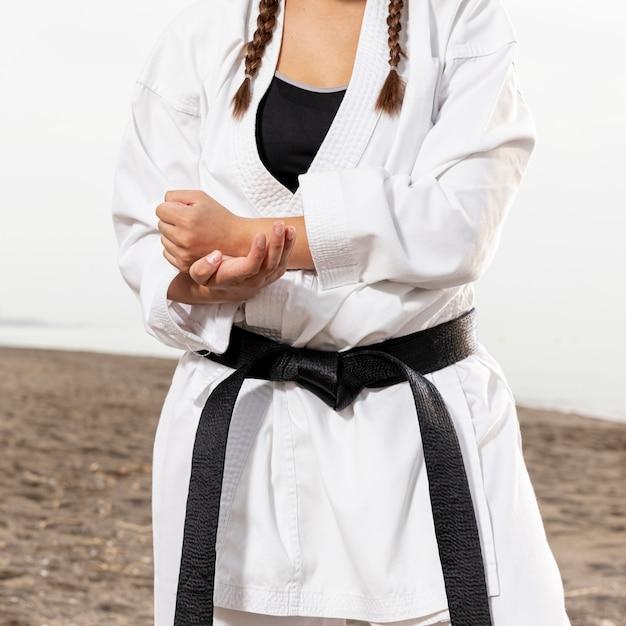Close-up joven en traje de artes marciales Foto gratis