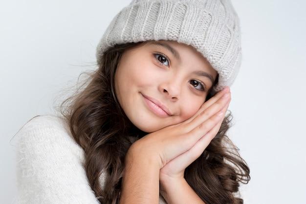 Close-up joven vistiendo ropa de invierno Foto gratis