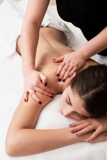 Close-up jovencita recibiendo un masaje Foto gratis