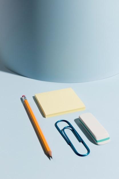 Close-up lápiz y notas adhesivas con clip Foto gratis