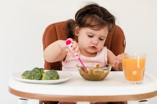 Close-up linda chica joven tratando de comer Foto gratis