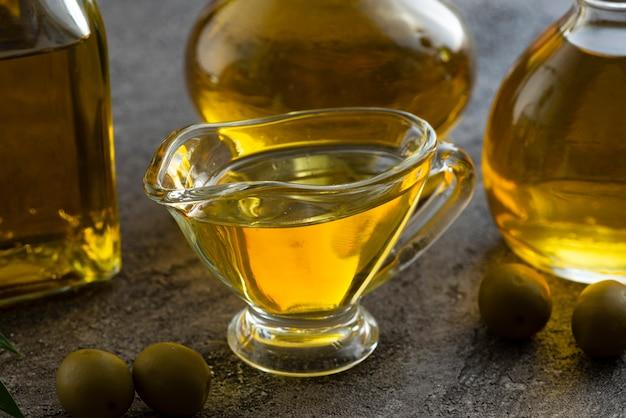 Close-up linda taza llena de aceite de oliva Foto gratis