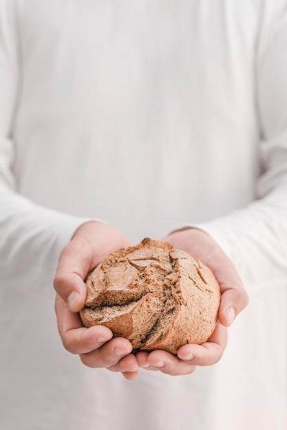 Close-up manos sosteniendo pan Foto gratis