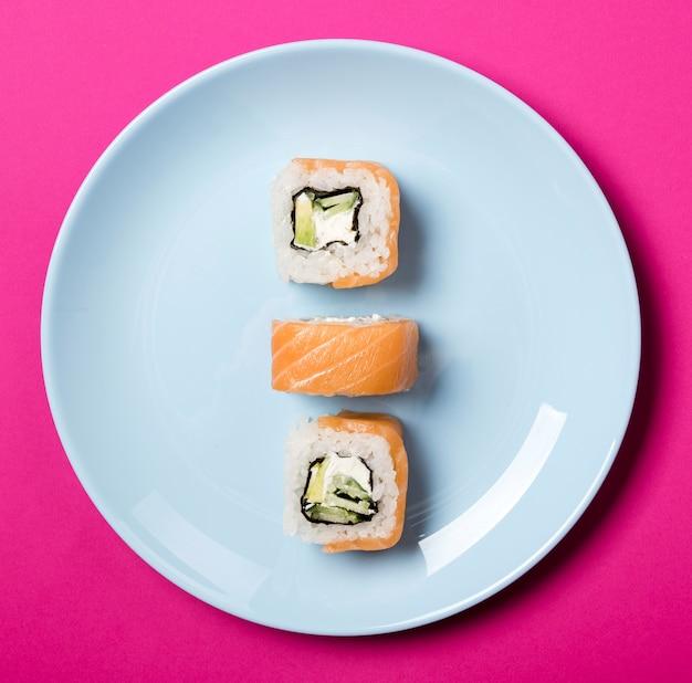 Close-up minimalista sushi rolls en placa Foto gratis