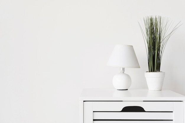 Close-up moderna mesita de noche minimalista con decoración Foto gratis