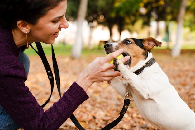 Close-up mujer jugando con su perro Foto gratis