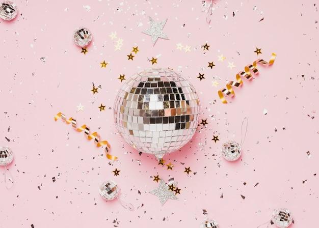 Close-up navidad bola de plata con cintas Foto gratis