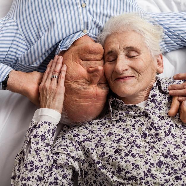 Close-up pareja de ancianos juntos en el amor Foto gratis