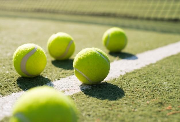 Close-up pelotas de tenis en el suelo Foto gratis
