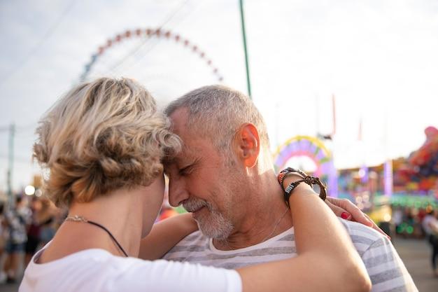 Close-up personas enamoradas abrazos Foto gratis
