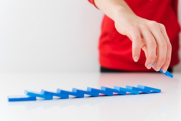 Close-up piezas de dominó caído Foto gratis