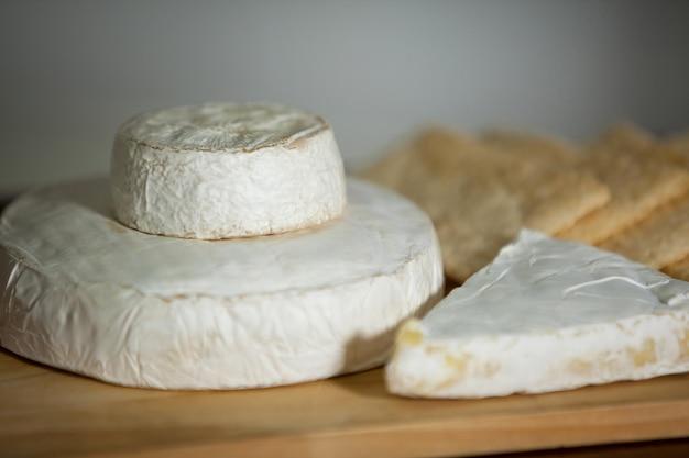 Close-up de queso en mostrador Foto Premium