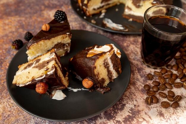 Close-up rebanadas de pastel con café Foto gratis