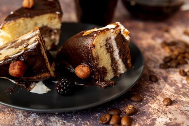 Close-up rebanadas de pastel en un plato Foto gratis
