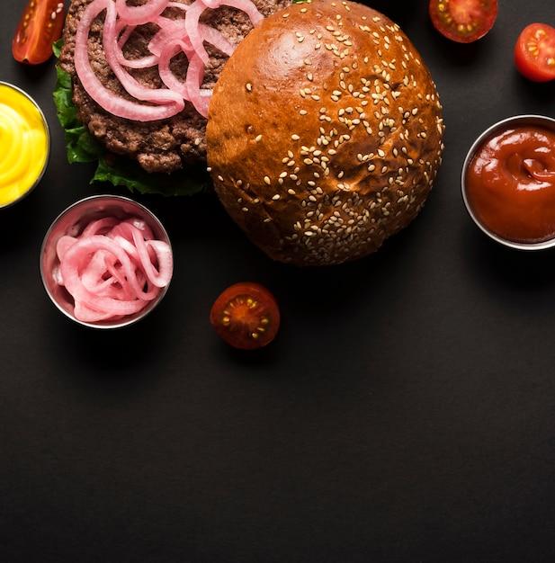 Close-up sabrosa hamburguesa lista para ser servida Foto gratis