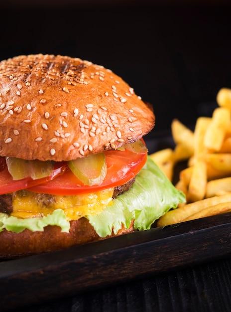 Close-up sabrosa hamburguesa con papas fritas Foto gratis