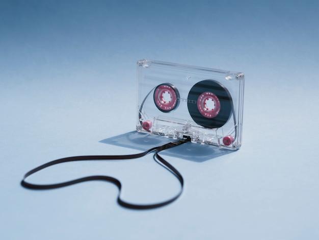 Close-up shot cinta de cassette transparente sobre fondo degradado Foto gratis
