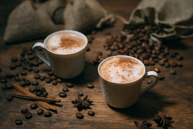 Close-up tazas de café con granos tostados Foto gratis