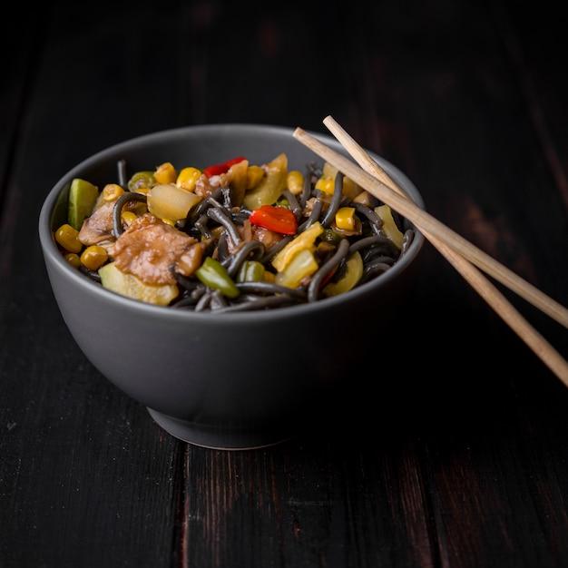 Close-up de tazón de fideos con verduras Foto gratis
