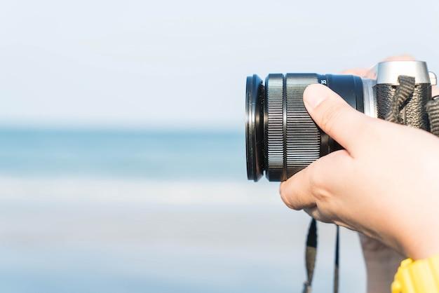 Close-up - tomar una foto usando una cámara Foto gratis