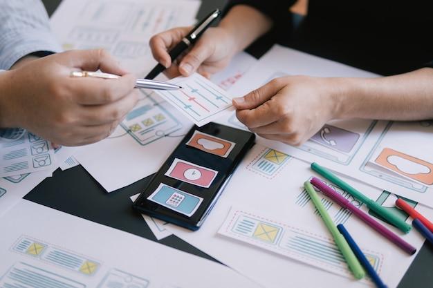 Close-up ui ux diseñador reunión web smartphone diseño aplicación prototipo Foto Premium