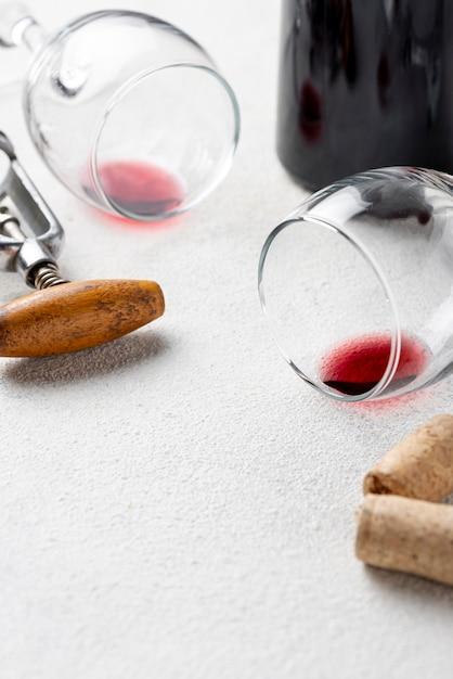 Close-up vasos para vino en la mesa Foto gratis