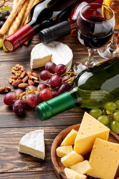 Close-up vino orgánico y queso en la mesa Foto gratis