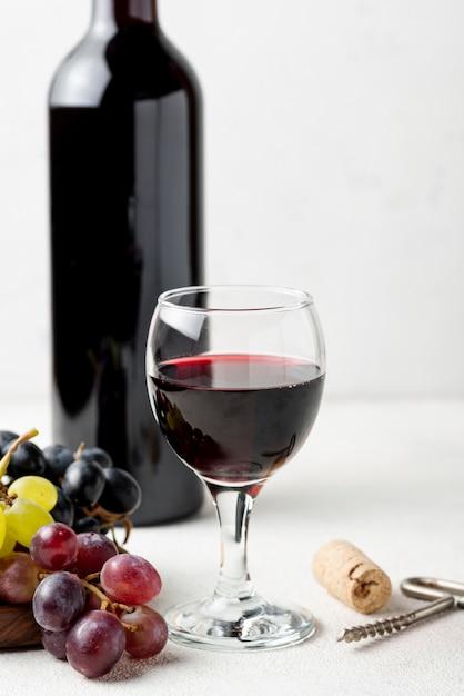 Close-up vino tinto orgánico en vidrio Foto gratis