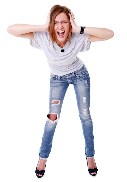 Closeup retrato de joven linda sonriendo sobre fondo blanco Foto gratis