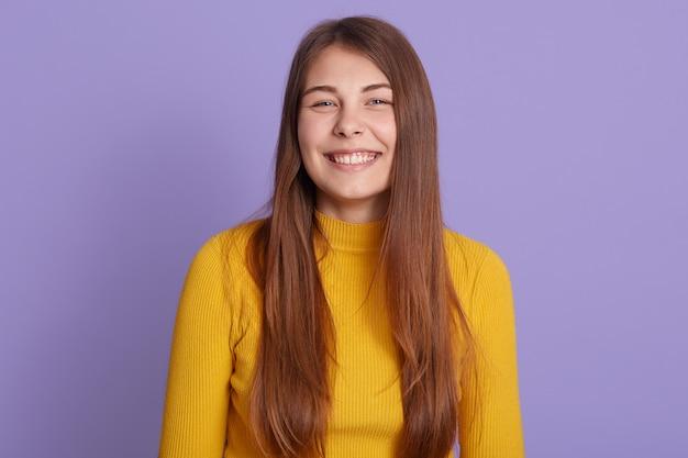 Closeup retrato de niña sonriente con una sonrisa perfecta y dientes blancos Foto gratis