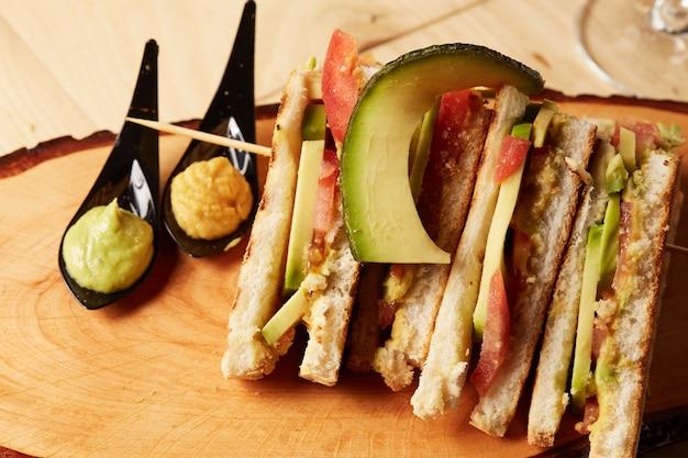 Club sandwich en bandeja de madera Foto Premium
