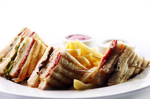Club sandwich con carne y verde Foto gratis
