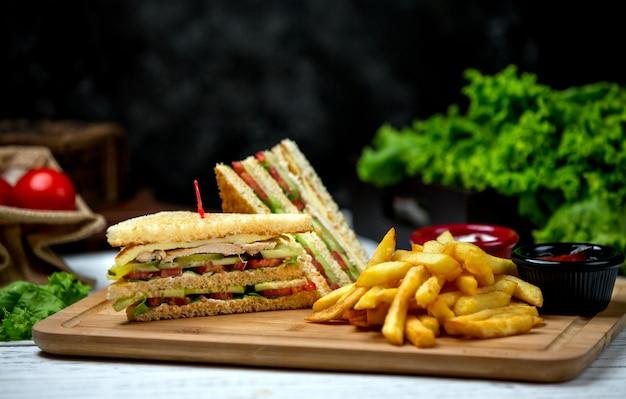 Club sandwich con papas fritas Foto gratis