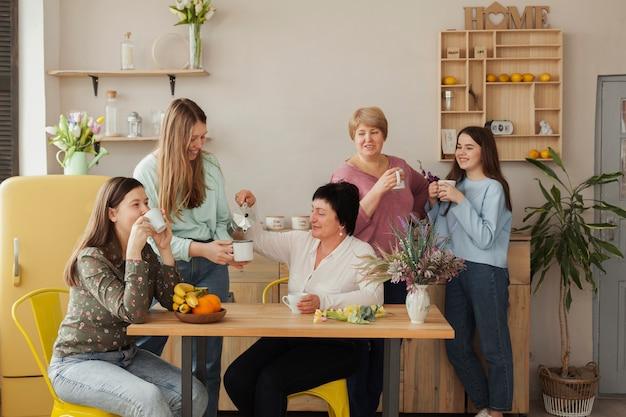 Club social femenino tomando café Foto gratis