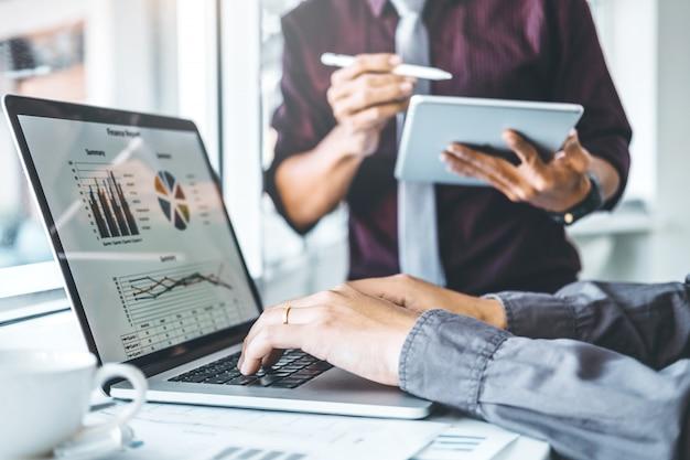 Co-trabajo equipo de negocios reunión planificación estrategia análisis inversión y ahorro Foto Premium