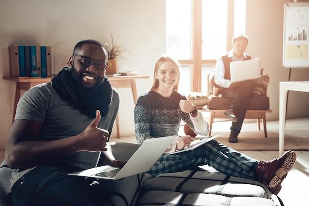 Co working space los jóvenes disfrutan del lugar de trabajo Foto Premium
