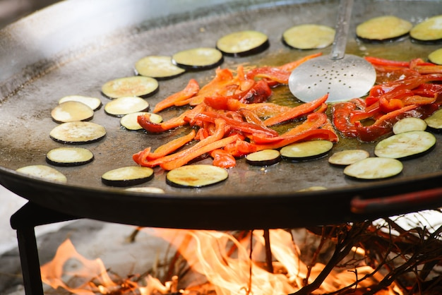 Cocción de una paella de plato español tradicional con gambas y mejillones. Foto Premium